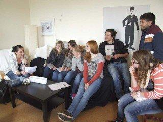 """Die Schülerinnen und Schüler - wie hier die Projektgruppe """"Glutkern"""" - nutzen die Anlaufstelle Schulsozialarbeit gerne. Foto: SMMP/Hofbauer"""
