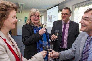 Gar nicht schlecht: Kerstin Kocura und Gaby Petry stoßen auf das gute Ergebnis mit den Prüfern Ewald Peuker (ganz rechts) und Stefan Zingler an. (Foto: SMMP/Beer)